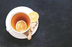 Μαύρο τσάι με το λεμόνι και την πιπερόριζα Στοκ Φωτογραφίες
