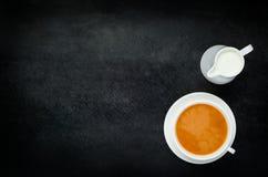Μαύρο τσάι με το διάστημα γάλακτος και αντιγράφων Στοκ Φωτογραφίες