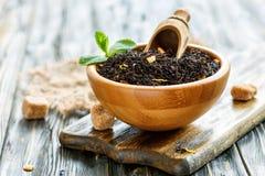 Μαύρο τσάι με το κίτρο σε μια ζάχαρη κύπελλων και καλάμων Στοκ φωτογραφία με δικαίωμα ελεύθερης χρήσης