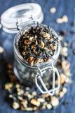 Μαύρο τσάι σε ένα βάζο στοκ εικόνες