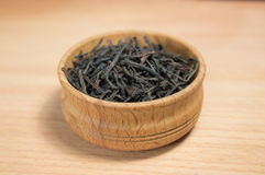 Μαύρο τσάι σε ένα ξύλινο κύπελλο Στοκ εικόνες με δικαίωμα ελεύθερης χρήσης