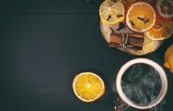 Μαύρο τσάι σε μια κούπα με εσπεριδοειδή Στοκ Εικόνες