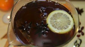 Μαύρο τσάι στην κατσαρόλα γυαλιού φιλμ μικρού μήκους