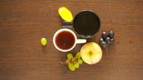 Μαύρο τσάι στις κούπες lunch πίνακας με ένα ποτό και ένα επιδόρπιο επάνω από την όψη απόθεμα βίντεο