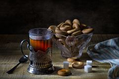 Μαύρο τσάι στο γυαλί με το cupholder και την ξήρανση Στοκ φωτογραφία με δικαίωμα ελεύθερης χρήσης