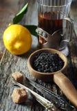 Μαύρο τσάι φύλλων, λεμόνι και καφετιά ζάχαρη Στοκ εικόνα με δικαίωμα ελεύθερης χρήσης