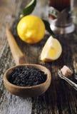 Μαύρο τσάι φύλλων, λεμόνι και καφετιά ζάχαρη Στοκ φωτογραφία με δικαίωμα ελεύθερης χρήσης