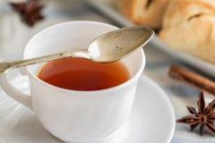 μαύρο τσάι φλυτζανιών Στην άσπρη ανασκόπηση Στοκ Φωτογραφία
