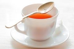 μαύρο τσάι φλυτζανιών Στην άσπρη ανασκόπηση Στοκ Εικόνες