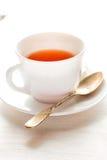 μαύρο τσάι φλυτζανιών Στην άσπρη ανασκόπηση Στοκ εικόνα με δικαίωμα ελεύθερης χρήσης