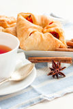 μαύρο τσάι φλυτζανιών Στην άσπρη ανασκόπηση Στοκ εικόνες με δικαίωμα ελεύθερης χρήσης