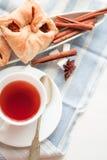 μαύρο τσάι φλυτζανιών Στην άσπρη ανασκόπηση Στοκ φωτογραφίες με δικαίωμα ελεύθερης χρήσης