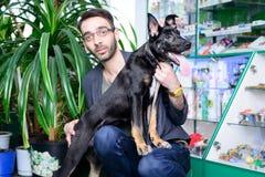Μαύρο τσοπανόσκυλο διασταύρωσης με ένα πρόσωπο στοκ φωτογραφίες