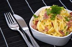 μαύρο τυρί κύπελλων spaetzle Στοκ φωτογραφία με δικαίωμα ελεύθερης χρήσης