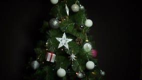 Μαύρο υπόβαθρο με τις σφαίρες Χριστουγέννων και φω'τα στο χριστουγεννιάτικο δέντρο απόθεμα βίντεο