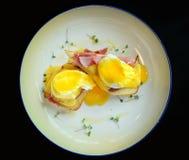 Μαύρο υπόβαθρο του Benedict αυγών Στοκ Εικόνες