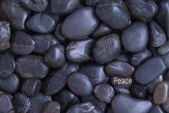 Μαύρο υπόβαθρο χαλικιών με ένα θέμα ειρήνης Στοκ εικόνα με δικαίωμα ελεύθερης χρήσης