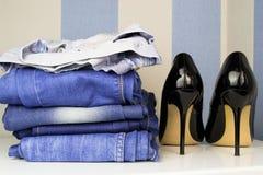 Μαύρο υψηλό παπούτσι τακουνιών για τη γυναίκα και τα τζιν Στοκ Εικόνες