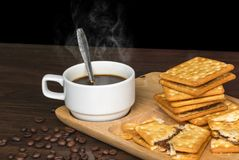 Μαύρο φασόλι καφέ, κροτίδων και καφέ στο ξύλο με το θερμό πρωί στοκ εικόνες