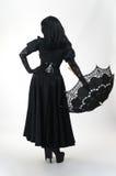 μαύρο φορεμάτων βαμπίρ ομπρελών κοριτσιών γοτθικό Στοκ Εικόνες