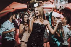 μαύρο φόρεμα Τραγούδια τραγουδιού Έχετε τη διασκέδαση Υπόβαθρο στοκ φωτογραφία με δικαίωμα ελεύθερης χρήσης