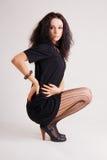 μαύρο φόρεμα brunette μοντέρνο λίγ&alp Στοκ φωτογραφία με δικαίωμα ελεύθερης χρήσης