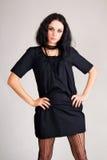 μαύρο φόρεμα brunette μοντέρνο Στοκ Εικόνες