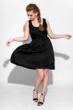 μαύρο φόρεμα brunette Στοκ Φωτογραφία