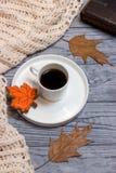 Μαύρο φύλλο σφενδάμου καφέ, knitwear και μελοψωμάτων Στοκ φωτογραφία με δικαίωμα ελεύθερης χρήσης