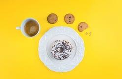 Μαύρο φλυτζάνι καφέ με τα μπισκότα και doughnut Στοκ Εικόνες