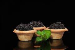 Μαύρο χαβιάρι στα tartlets και τη μέντα στοκ εικόνες