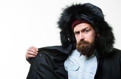 Μαύρο χειμερινό σακάκι ένδυσης τύπων με την κουκούλα Προετοιμασμένος για τις καιρικές αλλαγές Χειμερινός μοντέρνος menswear Χειμε στοκ εικόνα
