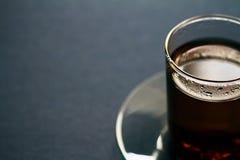 μαύρο ψαλιδίσματος τσάι μονοπατιών φλυτζανιών συμπεριλαμβανόμενο γυαλί Στοκ Εικόνες