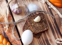 Μαύρο ψωμί με το σκόρδο Στοκ Φωτογραφίες