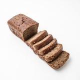 Μαύρο ψωμί που τεμαχίζεται σε ένα άσπρο υπόβαθρο στοκ φωτογραφία με δικαίωμα ελεύθερης χρήσης
