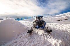 Μαύρο όχημα για το χιόνι στο χιόνι στα πολωνικά βουνά Στοκ Φωτογραφίες
