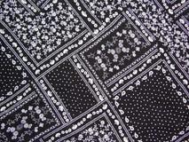 Μαύρο ύφασμα με την άσπρη τυπωμένη ύλη Στοκ Εικόνες