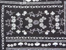 Μαύρο ύφασμα με την άσπρη τυπωμένη ύλη Στοκ Φωτογραφίες