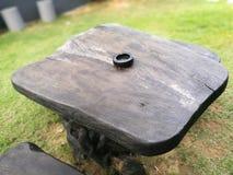 μαύρο ashtray επιτραπέζιο ξύλινο υπόβαθρο Στοκ εικόνες με δικαίωμα ελεύθερης χρήσης
