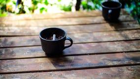 Μαύρο ashtray φλυτζανιών δύο στοκ φωτογραφίες με δικαίωμα ελεύθερης χρήσης