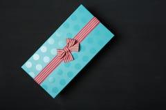 Μαύρο backgraund κιβωτίων δώρων Στοκ φωτογραφία με δικαίωμα ελεύθερης χρήσης