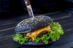 Μαύρο burger με το κρέας Στοκ Φωτογραφία