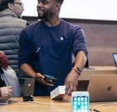 Μαύρο ethncitiy αρσενικό που ανιχνεύει το iphone Χ κιβώτιο πριν από το ssale Στοκ Φωτογραφία