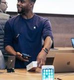 Μαύρο ethncitiy αρσενικό που ανιχνεύει το iphone Χ κιβώτιο πριν από το ssale Στοκ Εικόνες