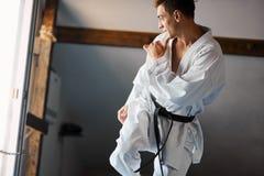 Μαύρο karate ζωνών λάκτισμα ύψους κατάρτισης μαχητών στοκ φωτογραφίες με δικαίωμα ελεύθερης χρήσης