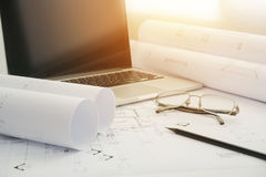 Μαύρο lap-top μολυβιών και υπολογιστών σε αρχιτεκτονικό χαρτί σχεδίων Στοκ εικόνες με δικαίωμα ελεύθερης χρήσης