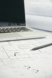 Μαύρο lap-top μολυβιών και υπολογιστών σε αρχιτεκτονικό χαρτί σχεδίων Στοκ Φωτογραφία
