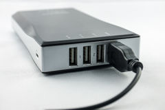 Μαύρο Powerbank με το συνδεμένο καλώδιο Στοκ φωτογραφία με δικαίωμα ελεύθερης χρήσης