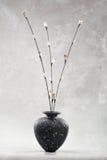 μαύρο vase καρδιών λουλουδιών Στοκ Φωτογραφίες