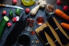 Μαύρο vermicelli, ξίδι και λαχανικά ρυζιού σε μια μαύρη άποψη πλακών άνωθεν ασιατική κουζίνα Στοκ Εικόνα